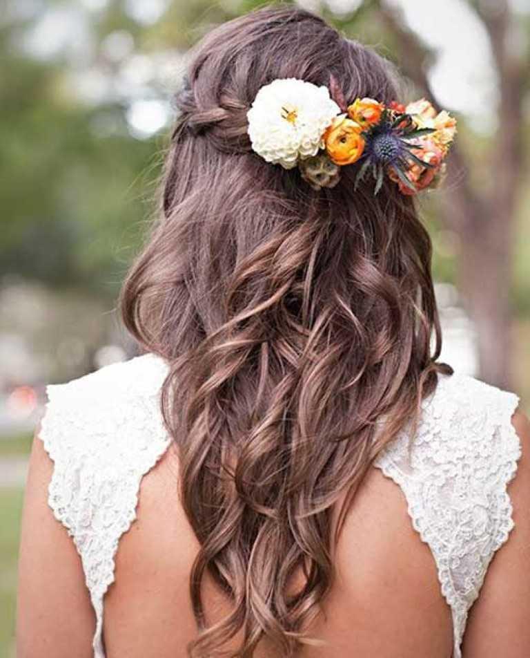 15. Stylish Down Frisur mit Blumen für den Abschlussball
