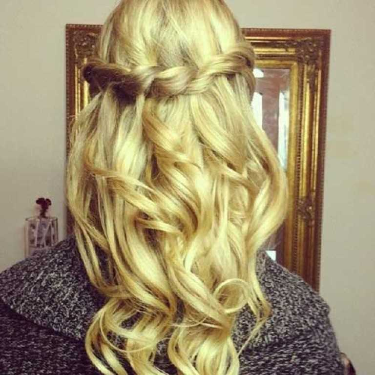 4. Wunderschöne Twisted Hair Down Prom Frisur