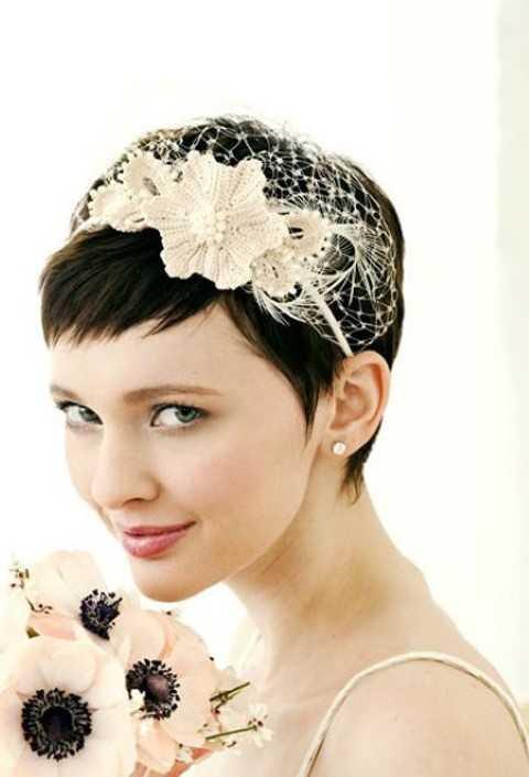 Kurze Elegante Pixie Frisur mit Stirnband