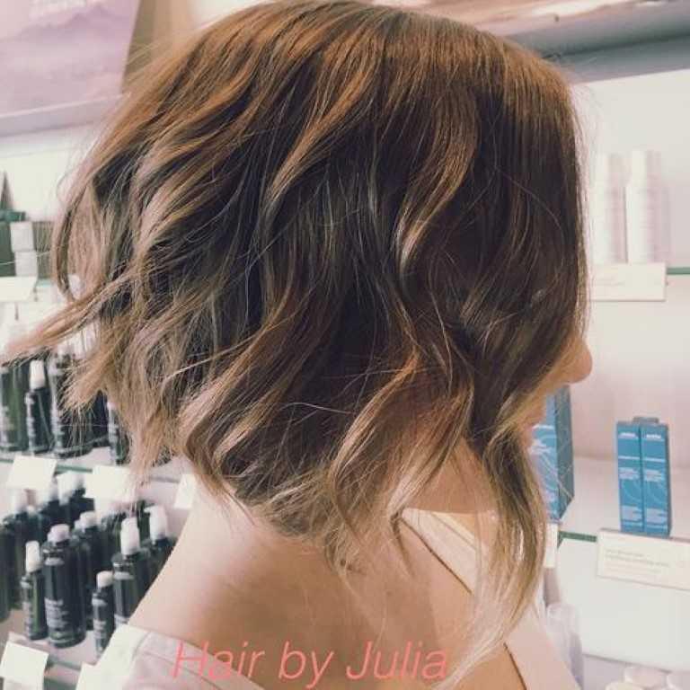 Die Heißeste Kurze Frisuren & Haarschnitte für 2017-1-Lockigen Braunen Bob mit Blonden Spitzen